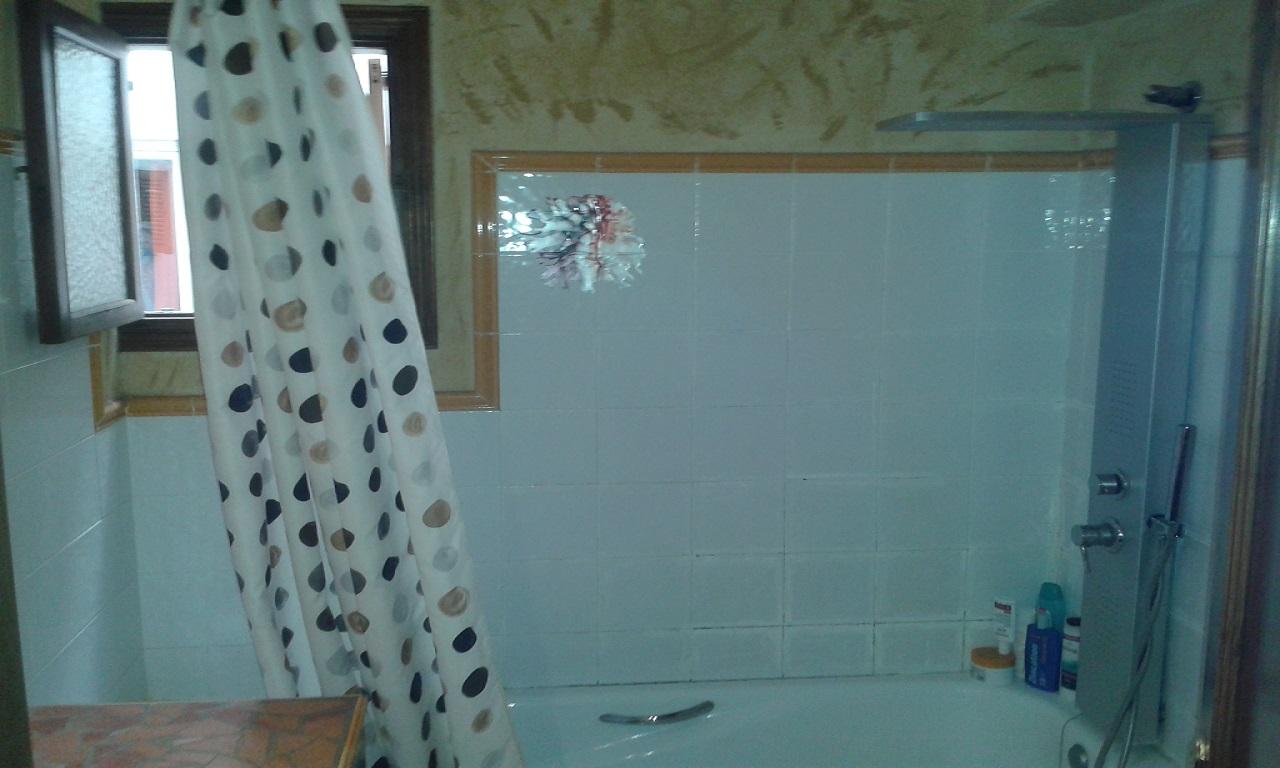 baño rustico con ducha hidromasaje y jakuzzi